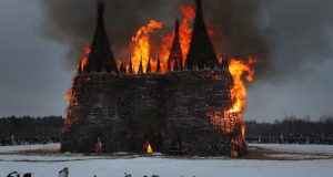 Maslenitsa Bayramı kutlamalarında dev kale Covid-19'a karşı yakıldı